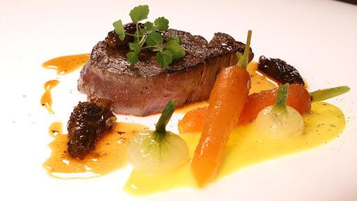 Filet de bœuf rôti aux morilles, carottes fanes et sabayon à l'orange